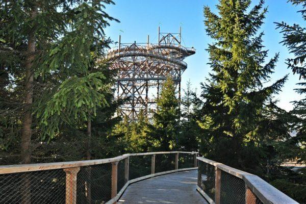 Nedaleko horní stanice lanovky Sněžník stojí unikátní vyhlídková stavba Stezka v oblacích