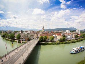 Řeka Drau u města Villach
