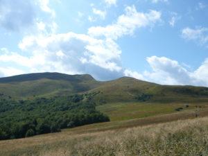 sedlo mezi Tarnici (vlevo, 1346 m) a Tarniczkou (vpravo, 1315 m)
