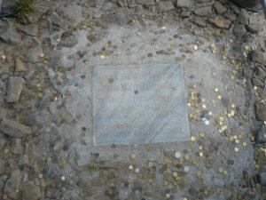 pamětní deska pod křížem, připomínka výstupu Karla Wojtyly