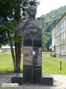 Památník Ivana Olbrachta před místní školou