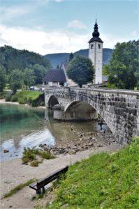 Most a kostel sv. Jana Křtitele v Ribčev Laz