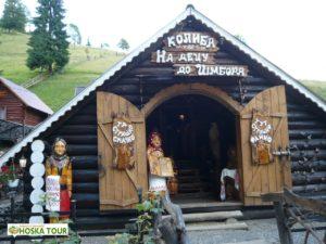 Obchody a restaurace při cestě k Siněvirskému jezeru