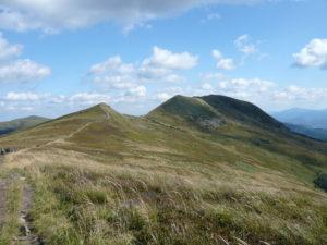 Tarniczka (vlevo) a vrchol Tarnica (vpravo)