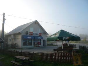 náves s prodejnou v obci Ustrzyki Górne