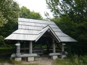 wiata (přístřešek) typický pro Bieszczady na hřebenu Dział