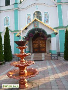 Před vstupem do kostela