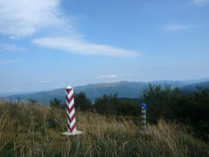 hraniční patníky Polska a Ukrajiny, v pozadí Tarnica