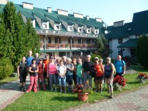 účastníci zájezdu před hotelem Górski PTTK
