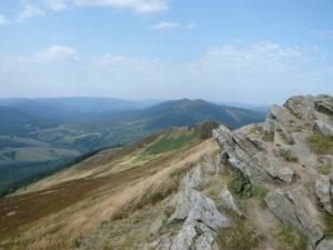 vrchol Połoniny Caryńska (1297 m), v pozadí Połonina Wetlińska