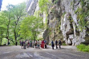 Před jeskyní Skočjanské jámy