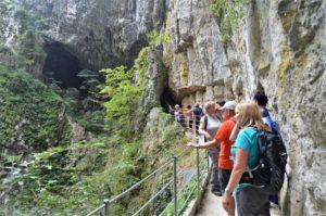 Cesta od jeskyně