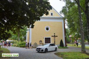 Kostel Nejsvětější Trojice ve Srní a BMW M760