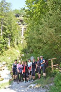 Skupinová fotka s vodopádem Peričnik