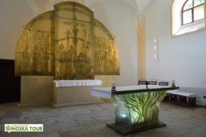 Skleněný oltář v kostele sv. Vintíře