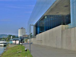 Linec - nábřeží a budova galerie současného umění