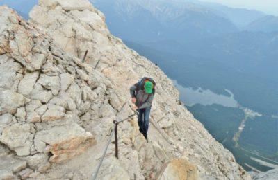 Cesta k vrcholovému křížku těsně pod vrcholem Zugspitze
