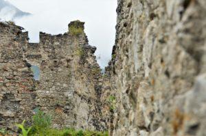 Turistika v okolí Zugspitze - zdi hradu Ehrenberg