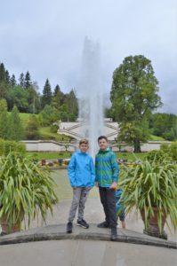 Turistika v okolí Zugspitze - fontána před zámkem Linderhof