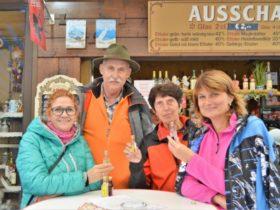 Turistika v okolí Zugspitze - stánek s likéry v Ettalu