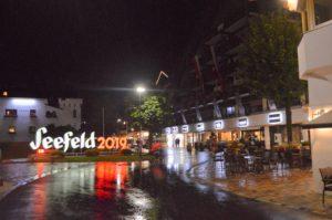 Turistika v okolí Zugspitze - noční náměstí v Seefeldu