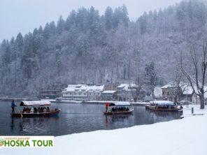 Lodě Pletna na jezeře Bled v zimě