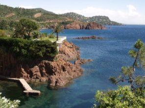 Červenohnědé zabarvení útesů Azurového pobřeží