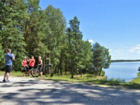 Cyklisté u rybníka Rožmberk