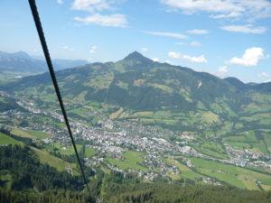 město Kitzbühel a vrchol Kitzbüheler Horn z Hahnenkammu