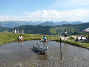 i jezírko a vodotrysk může být na vrcholu hory:-)