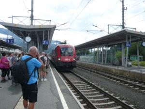 náš vlak ze St. Johannu in Tirol do Kitzbühelu