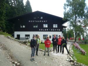 účastnice zájezdu před Adler Hütte (majitelé chaty jsou Češi)