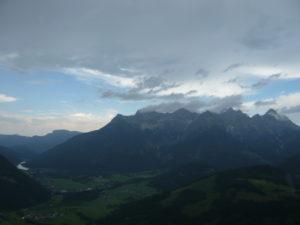 vlevo dole jezero Pillersee, vpravo Loferer Steinberge