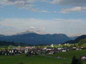 obec Ellmau, v pozadí Loferer Steinberge