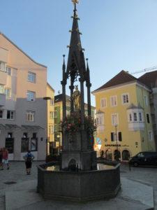 litinová mariánská kašna na náměstí