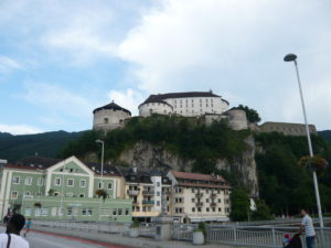 pevnost a most přes řeku Inn se sochou sv. Jana Nepomuckého