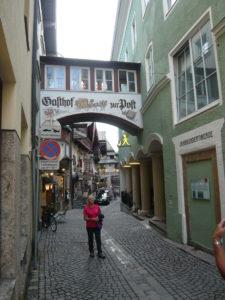 ulička s malovanými domy (zpravidla restaurace, vinárny)