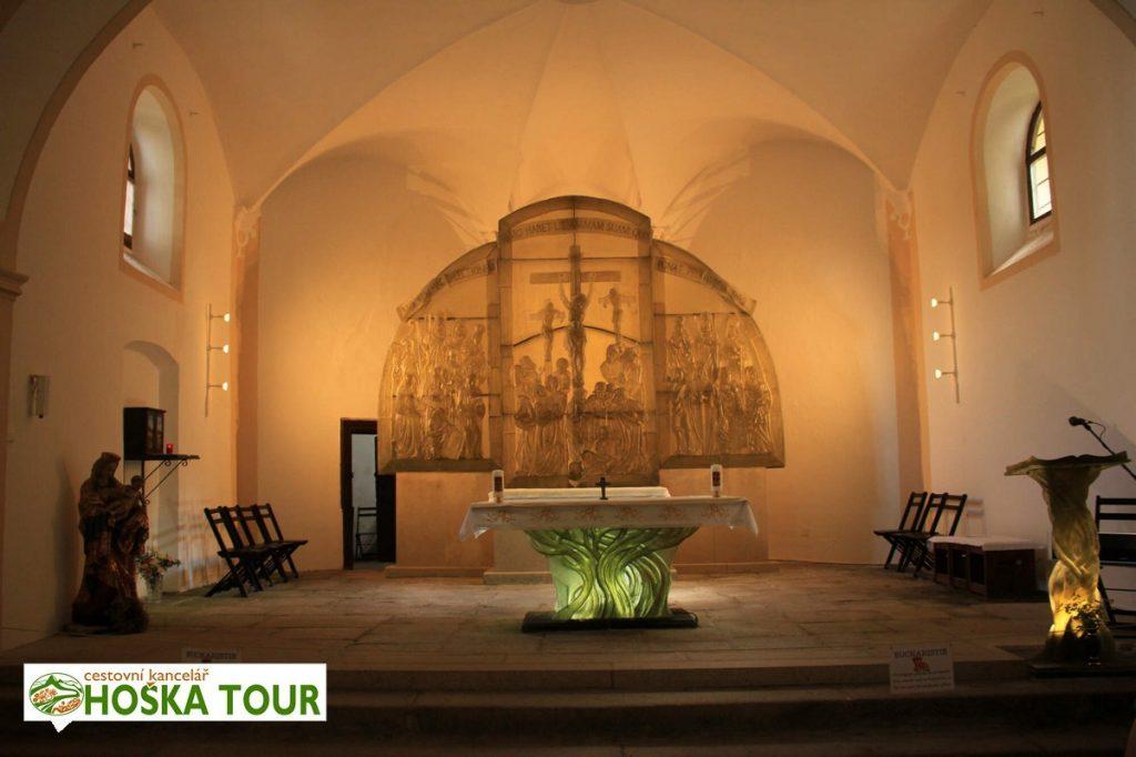 Skleňený oltář v kostele sv. Vintíře