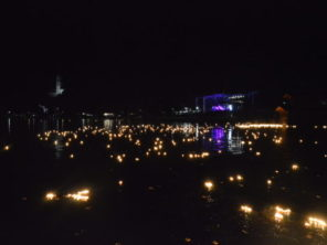 Svíčky na jezeře